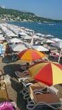 Morze z plażowymi parasolami Zdjęcia Stock