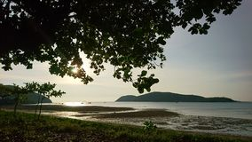 Morze zakrywa z światłem słonecznym w wieczór Fotografia Stock