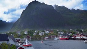 Morze zatoka z łodziami rybackimi i piękną górą zdjęcie wideo