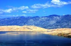 Morze zatoka z Błękitnymi górami Obraz Stock