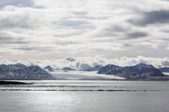 Morze zatoka z lodowem i górami lodowa w Svalbard, Spitsbergen Fotografia Royalty Free