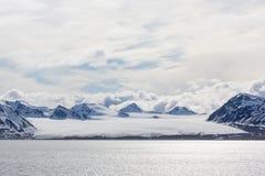 Morze zatoka z lodowem i górami lodowa w Svalbard, Spitsbergen Zdjęcia Royalty Free