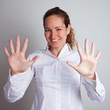 Mãos abertas da exibição da mulher de negócio Fotos de Stock