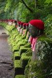 Mos behandelde standbeelden van Jizo in Nikko royalty-vrije stock fotografie