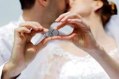 Mãos com alianças de casamento Imagens de Stock Royalty Free