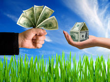 Mãos com dinheiro e casa Imagem de Stock Royalty Free