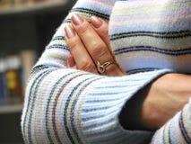 Mãos cruzadas da menina Foto de Stock Royalty Free