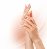 Mãos da mulher com tratamento de mãos francês Foto de Stock Royalty Free