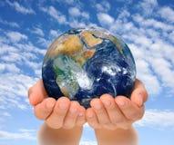 Mãos da mulher que guardaram o globo, a África e o Oriente Próximo Imagem de Stock