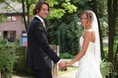 Mãos da terra arrendada dos pares do casamento Foto de Stock Royalty Free