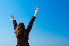 Mãos de aumentação da mulher Fotografia de Stock