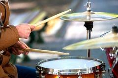 Mãos de músicos da rua do desempenho Fotos de Stock