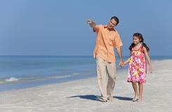 Mãos de passeio da terra arrendada do pai e da filha na praia Fotos de Stock Royalty Free