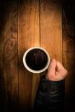Mãos de um mendigo que guarda um copo Foto de Stock