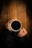 Mãos de um mendigo que guarda um copo Fotos de Stock Royalty Free