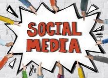 Mãos diversas que guardam os meios do Social da palavra Imagem de Stock Royalty Free