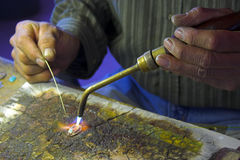 Mãos do artesão-joalheiro Fotografia de Stock