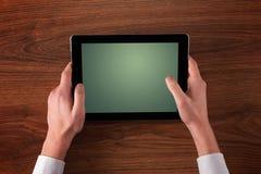 Mãos do negócio que guardam a tabuleta Fotos de Stock Royalty Free