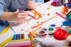 Mãos do rapaz pequeno da pintura Imagem de Stock Royalty Free