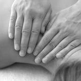 Mãos do terapeuta da massagem Fotos de Stock Royalty Free