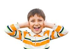 mãos dos gritos do menino que cobrem suas orelhas Foto de Stock Royalty Free