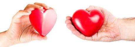 Mãos dos pares com formas do coração Fotos de Stock Royalty Free
