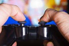 Mãos e controle do console, entretenimento Imagens de Stock