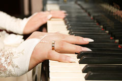 Mãos em chaves do piano Fotografia de Stock