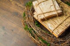Mos en houten kronen Royalty-vrije Stock Afbeeldingen