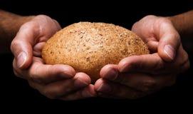 Mãos humanas com pão Imagens de Stock