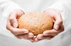 Mãos humanas com pão Fotos de Stock Royalty Free
