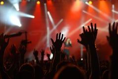 Mãos levantadas em um concerto Fotografia de Stock Royalty Free