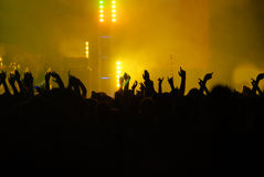 Mãos levantadas em um concerto Fotografia de Stock