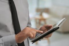 Mãos masculinas com tabuleta digital Imagem de Stock