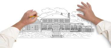 Mãos masculinas que esboçam uma casa bonita Imagem de Stock
