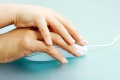 Mãos no rato Imagem de Stock