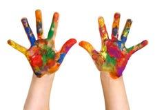 Mãos pintadas pintura da mão do arco-íris da criança em idade pré-escolar Fotografia de Stock Royalty Free