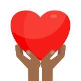 Mãos pretas que guardam o coração Imagens de Stock