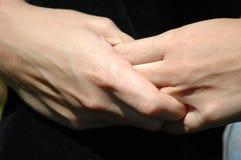 Mãos próximas da terra arrendada Fotografia de Stock