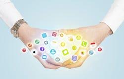 Mãos que criam um formulário com os ícones móveis do app Foto de Stock