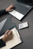 Mãos que datilografam e que escrevem Imagem de Stock Royalty Free