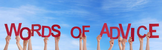Mãos que guardam palavras de conselho Imagem de Stock