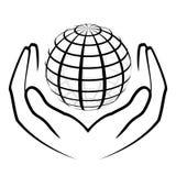 Mãos que guardam um globo Fotos de Stock Royalty Free
