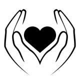 Mãos que guardaram o coração Imagens de Stock Royalty Free