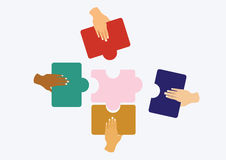 Mãos que montam o enigma de serra de vaivém Imagem de Stock Royalty Free