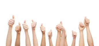 Mãos que mostram os polegares acima Imagens de Stock Royalty Free