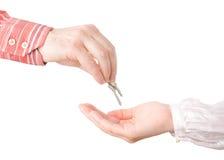 Mãos que passam chaves da casa Fotos de Stock Royalty Free
