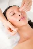Mãos que rosqueiam a cara da mulher bonita Fotografia de Stock