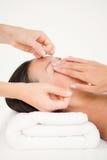 Mãos que rosqueiam a sobrancelha da mulher bonita Fotos de Stock Royalty Free