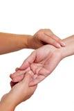 Mãos que sentem o pulso no pulso Fotografia de Stock Royalty Free